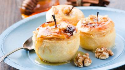 bakte epler på tallerken