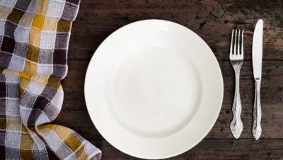 tallerken, bestikk og klede