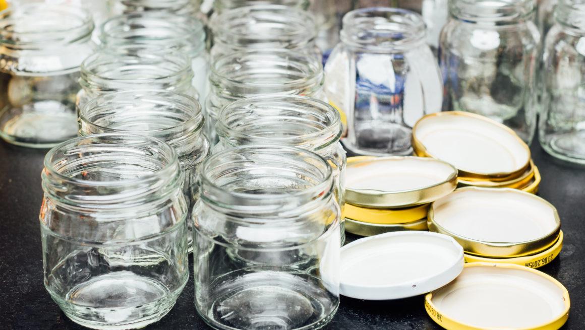 Rene syltetøyglass på bord