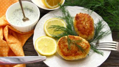 fiskekaker på tallerken
