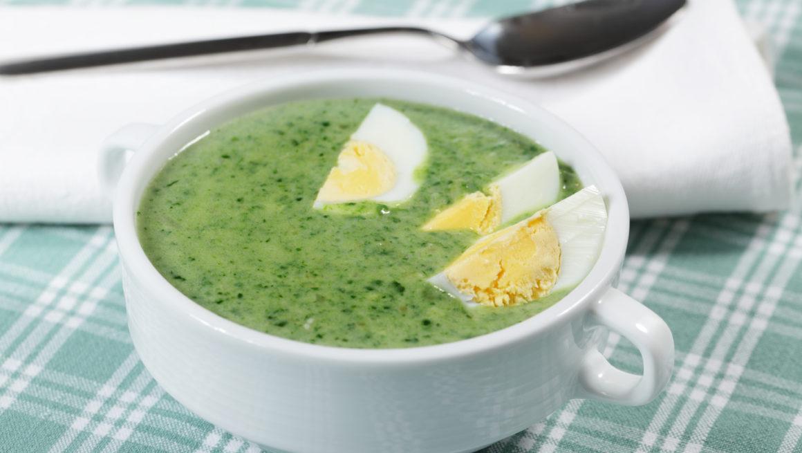 grønnkålsuppe med eggebåter i skål