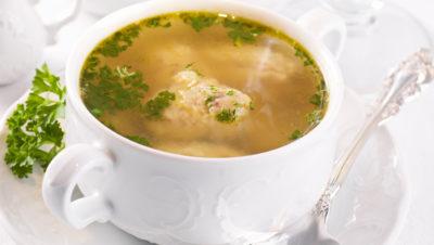 klar suppe i skål