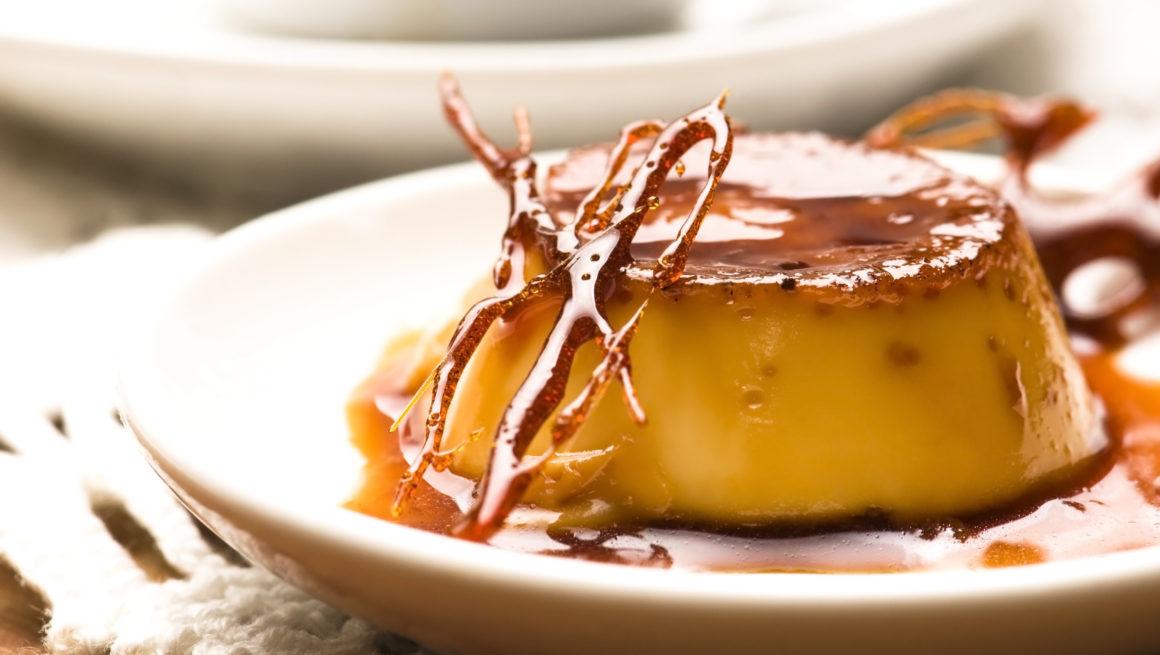 karamellpudding på fat