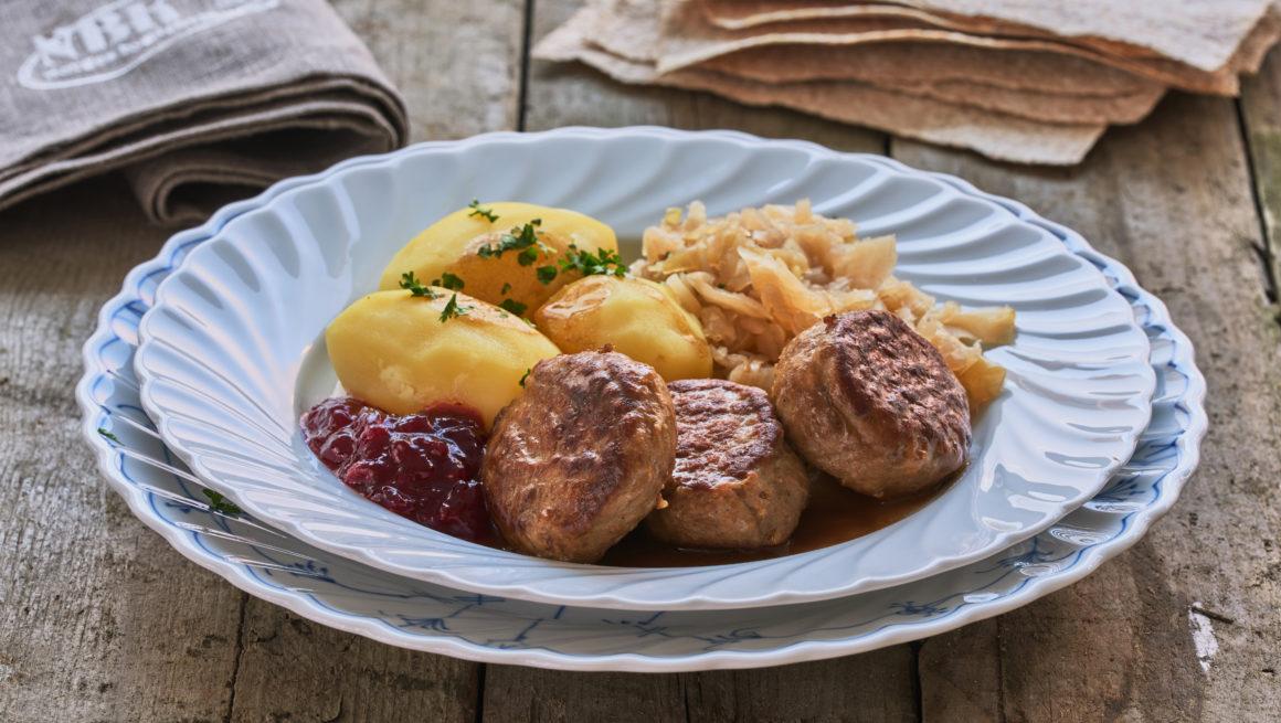 kjøttkaker med potet og surkål på tallerken
