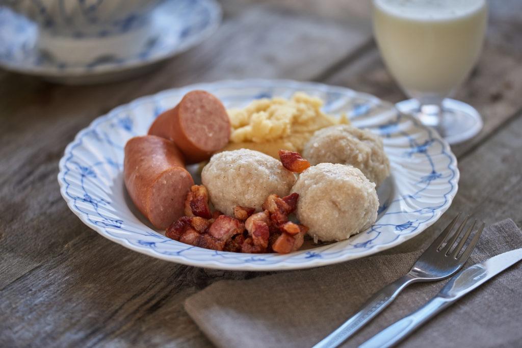 raspeballer med tilbehør på tallerken