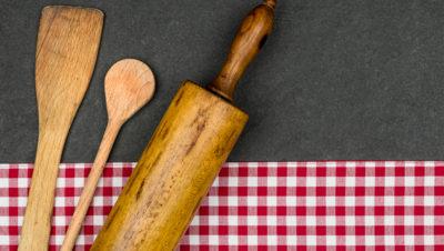 kjevle og sleiv på kjøkkenhåndkle