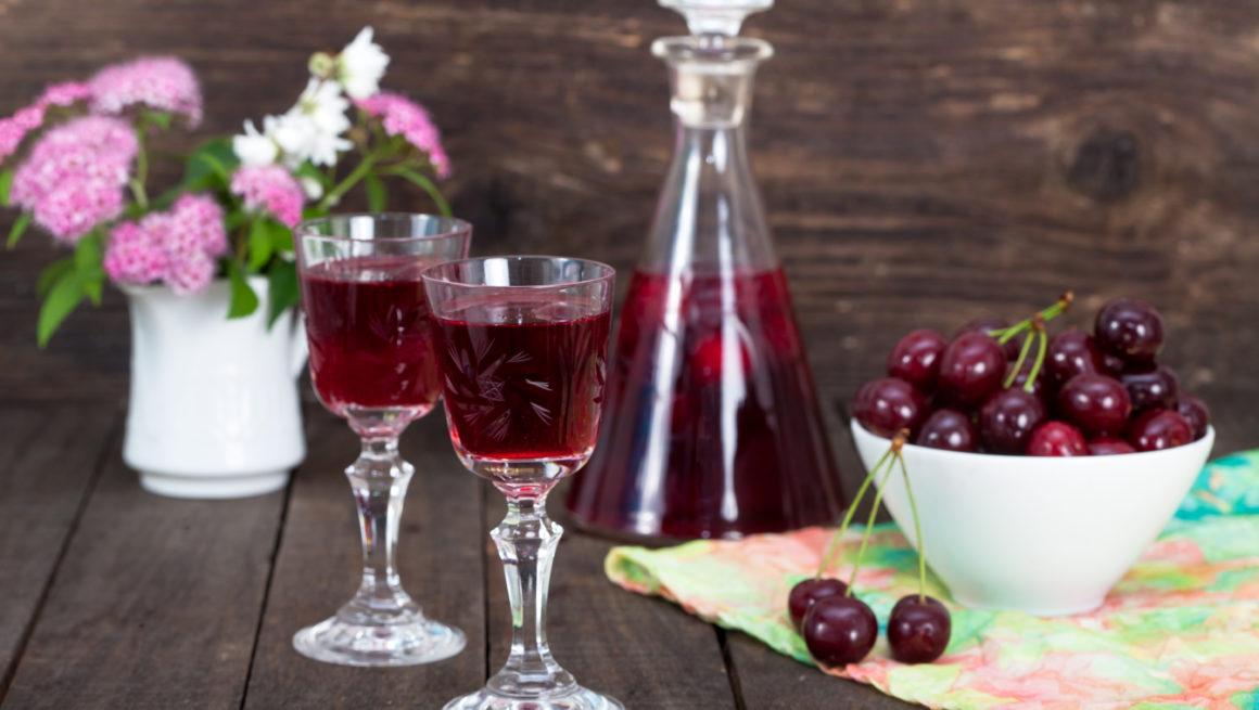 kirsebærlikør i glass og flaske